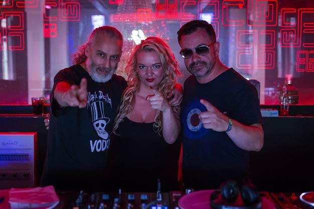 DJ Anne Decks hinter den Turntables mit DJ Micha und DJ Louis Garcia